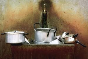 Brudne naczynia w zlewie